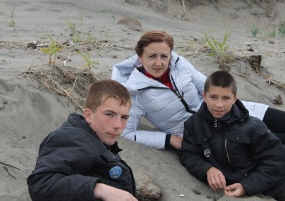 Современные ребята с директором школы-интерната на берегу моря