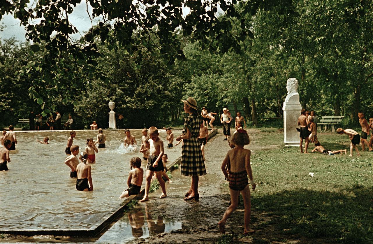Не помню уж точно, купался ли я в этом бассейне, но вид бюста с Пушкиным как-то подсказывает мне, что я бы не утерпел...