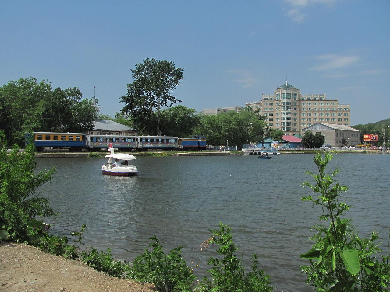 Городской парк имени Гагарина с детской железной дорогой.