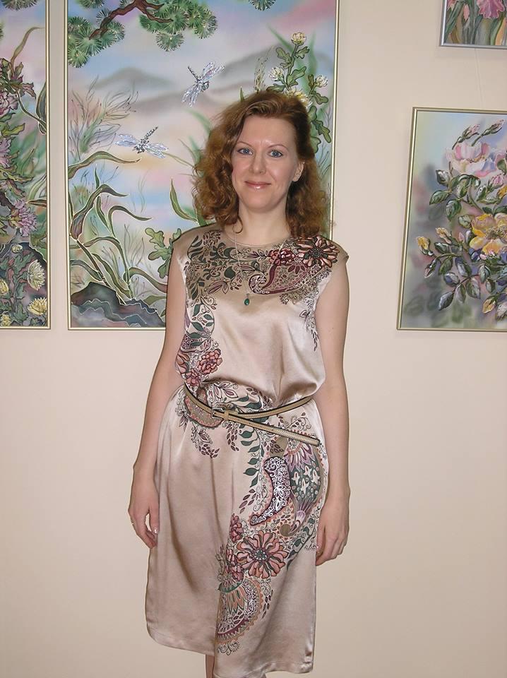 А.Самарцева на выставке своих работ по шелку