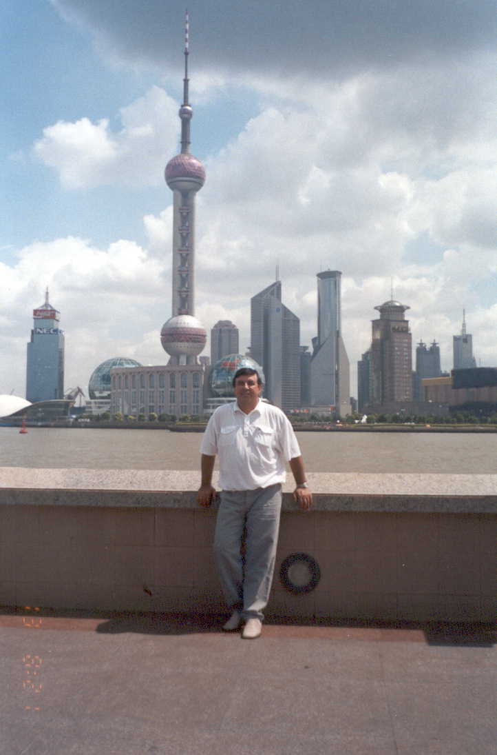 На набережной реки Хуанпу,  на другом берегу район Пудун. Там телебашня, на смотровой площадке которой мы побывали, а на первом этаже замечательный музей истории города, истории Китая.