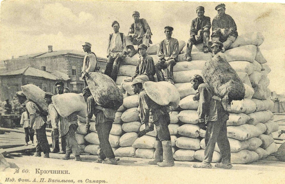 Погрузка хлеба на суда в Самаре.  Фото XIX века