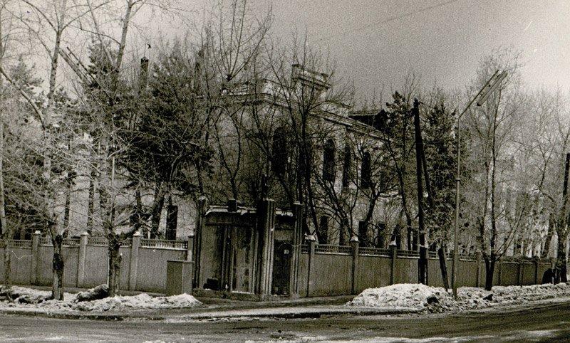Больница, построенная на пожертвования А.Н.Плешанова. Сегодня - это городская поликлиника на ул. Молодогвардейской