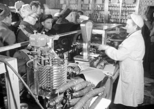 В магазине в первые дни бескарточной торговли. Декабрь 1947 г.