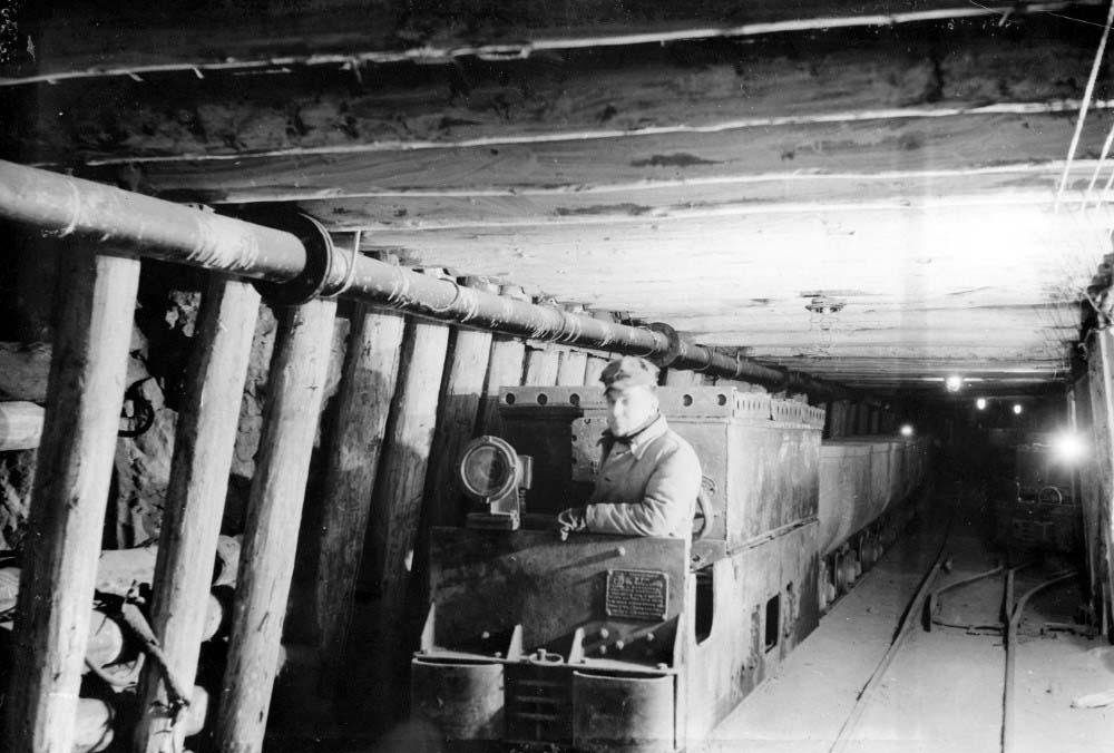 Подземные работы на Кашпирском сланцевом руднике - откатка руды. 30-е годы