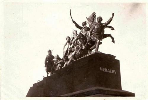 Исторический календарь Самары: 6 ноября. Открыли памятник Чапаеву, первоначальная подпись на памятнике была ЧЕПАЕВ (1932),  прибыл первый поезд эвакуированного Большого театра (1941), открыли Южный мост через Самарку (1974)